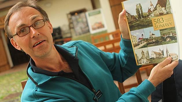 Roman Podhola, rodák z Českého Krumlova, vydal knihu – encyklopedii 583 portrétů zmařené Šumavy.