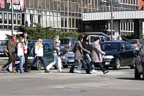 Frekventovaný přechod v Mánesově ulici by měl být v budoucnu bezpečnější.