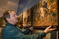 František Fürbach instaluje historický terč pro ostrostřelce do nově rekonstruované budovy bývalého jezuitského semináře v Jindřichově Hradci, sídla Muzea Jindřichohradecka. Od 1. dubna se nové expozice muzea poprvé otevřou veřejnosti.