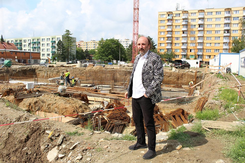 Architekt Jiří Brůha ukazuje na novou, budoucí, zelenou stavbu.