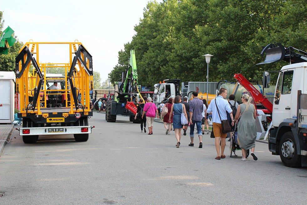 Konec Země živitelky znamená začátek práce pro vystavovatele. Davy návštěvníků vystřídá odjíždějící technika, stánky se demontují, prodejci se loučí.