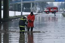 V sobotu ráno prasklo potrubí na křižovatce českobudějovických ulic Litvínovická a Mánesova