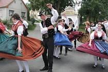 Správné kroky doudlebských lidových tanců. Tanečníci folklórního souboru předvádějí své umění.