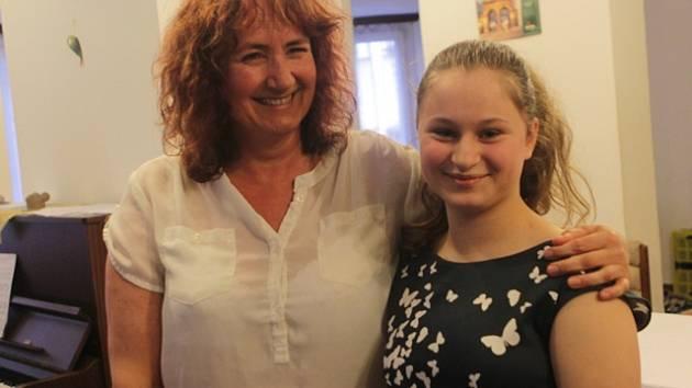 Učitelka hry na klavír Šárka Dudová se svou žačkou Alžbětou Markovou, která se stala absolutním vítězem soutěže Talent Jihočeského kraje.
