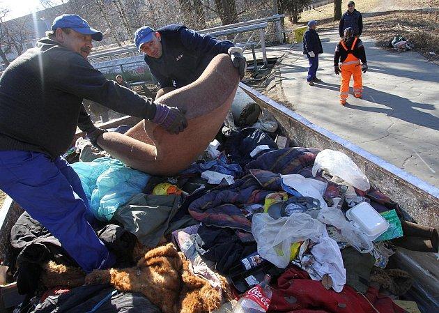 Bezdomovce v krajském městě čekají krušné chvíle. Strážníci a pracovníci společnosti .A.S.A. jim včera začali likvidovat některá provizorní útočiště. Obtěžovala totiž kolemjdoucí.