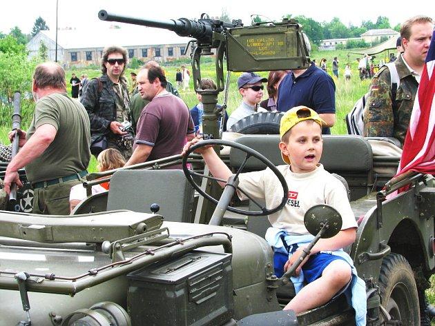 Ještě před samotnou, ale i po bitvě, si mohou návštěvníci prohlížet dobovou vojenskou techniku.