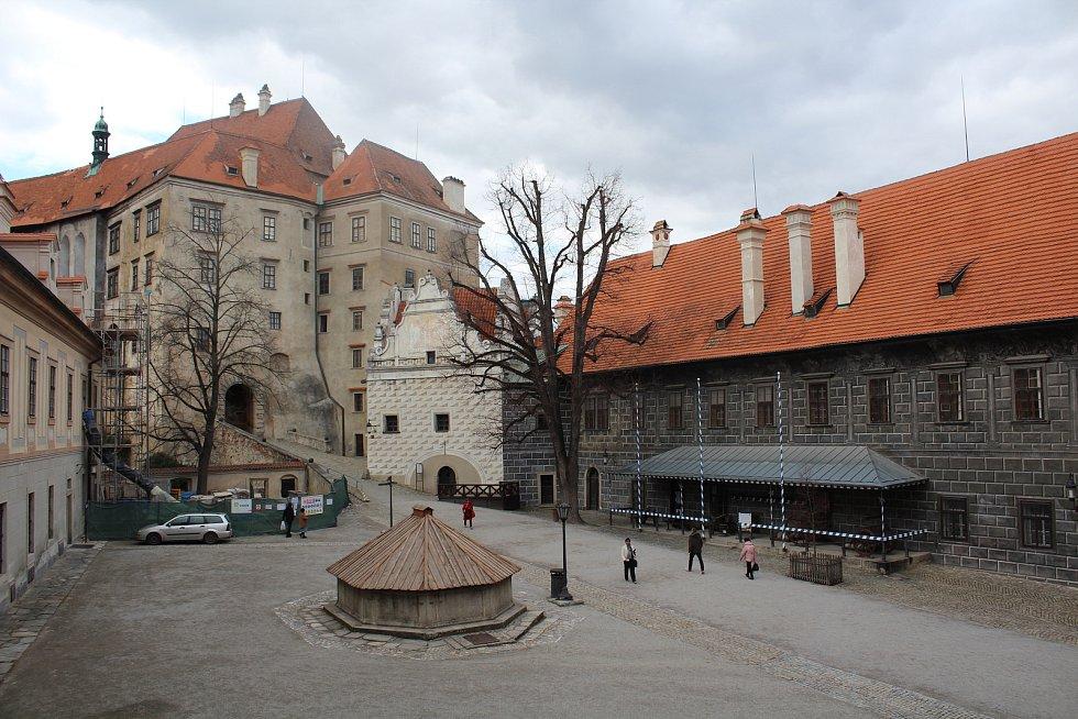 Na začátku března 2020 se o davech turistů na zámku Český Krumlov mluvit nedá.