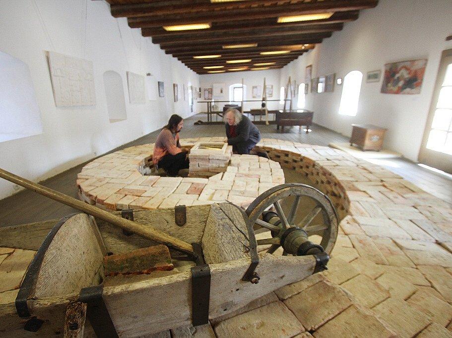 Jakub Bursa, zednický mistr z Vlachova Březí, je zpřítomněn výstavou v Městském muzeu ve Volyni. Dominantou expozice je voluta, typický prvek selského baroka.