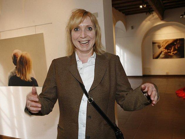 PROŽÍT KAŽDOU VTEŘINU. Míla Preslová vystavuje v Alšově jihočeské galerii v Budějovicích své velkoformátové fotografie. Hlavním aktérem je na nich ona sama a její blízcí. Důležitým tématem je pro ni čas, snaží se ho prožít naplno. Výstavu nazvala 12 let.