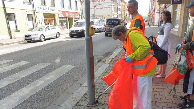 Budějčtí bezdomovci uklízeli Rudolfovskou třídu