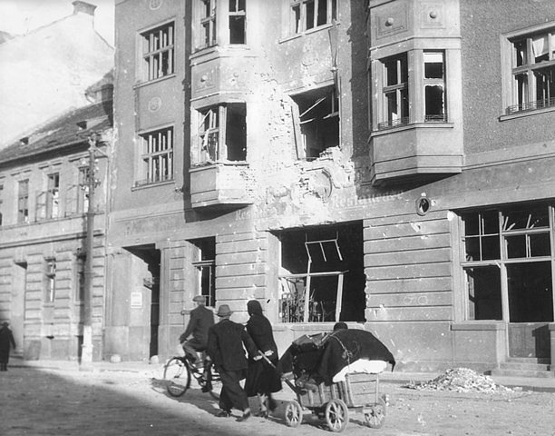 Po náletech v březnu 1945 zůstalo v Českých Budějovicích mnoho zmařených životů a zničených domů. Na snímku restaurace U Černého koníčka.