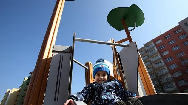 Hřiště u mateřské školy na českobudějovickém sídlišti Vltava je přístupné, v pátek si tu hrál dvouapůlletý Daniel Rataj (na snímku) s maminkou Radkou. Jen o pár kroků dál, v Labské ulici, je plácek s atrakcemi pro děti ohraničený červenou páskou.