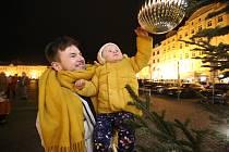 Vánoční strom svítí už i na náměstí Přemysla Otakara II. v Českých Budějovicích. I přes nouzová opatření způsobená koronavirem, se lidé vydali na náměstí. Rozsvícení vánočního stromu ani punč si nenechali ujít.