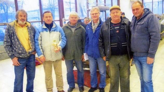 Na okresní chovatelské výstavě v Českých Budějovicích se sešli ze zlivských chovatelů (zleva) Karel Rousek, Jiří Novák, Václav Svatek, Jiří Klimeš, Václav Čejka a Jiří Čipera.