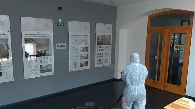 Z důvodu zvýšených hygienických opatření byly 24. září 2020 dezinfikovány veřejné prostory českobudějovického magistrátu.