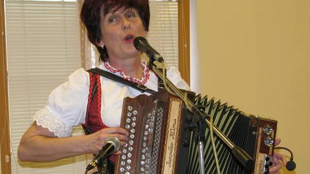 Na snímku hraje harmonikářka Milada Bejčková z Vimperka, která zahrála krátce po tragické události.