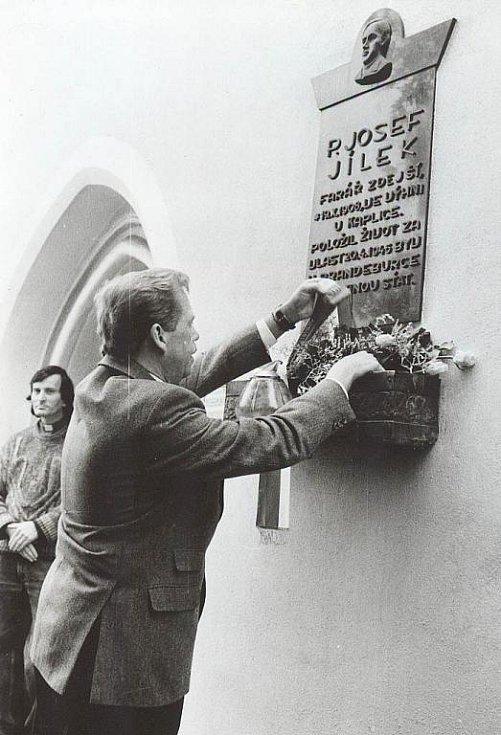 Při návštěvě Katovic se Václav Havel poklonil památce faráře Josefa Jílka, kterého popravili nacisti.