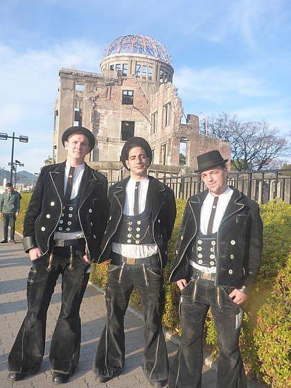 Před symbolem Hirošimy.