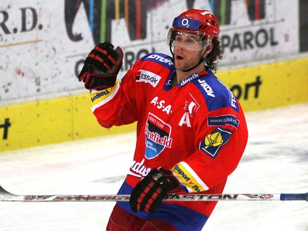 Radek Duda slaví své dva góly v utkání s Pardubicemi. Ve čtvrtek byl nejlepším hráčem svého týmu.