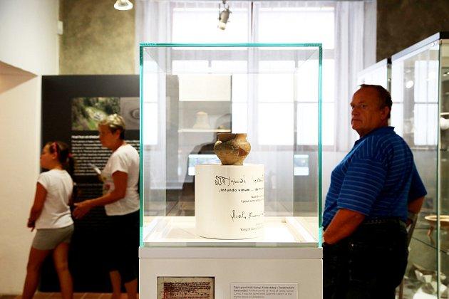 Husitské muzeum vTáboře připomíná mimořádnou výstavou fenomén kazatele Jana Husa, od jehož upálení uplynulo 600let. Na snímku takzvaný Husův hrneček.