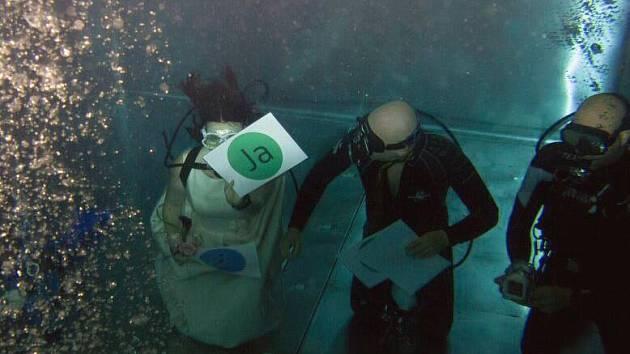 Manželský polibek si dali pod vodou.