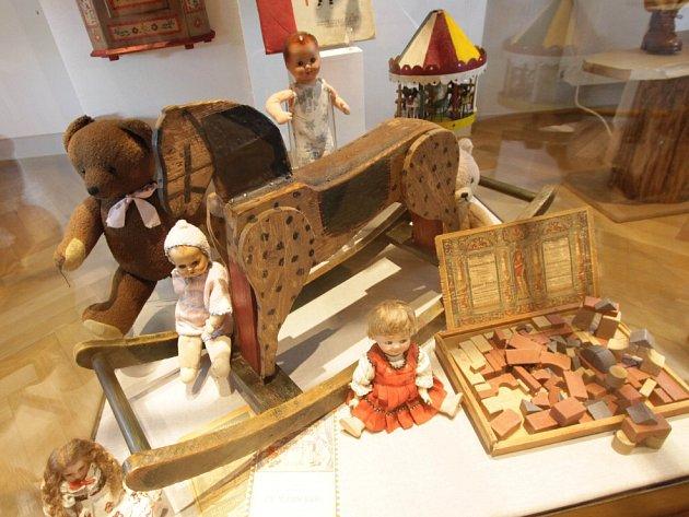 Adventní výstava v Jihočeském muzeu se zaměřuje na adventní a mikulášské trhy. Návštěvníky přenese do první půle 20. století a seznámí s tím, co si prarodiče mohli tehdy koupit či s jakými světci a jejich obchůzkami se potkávali.
