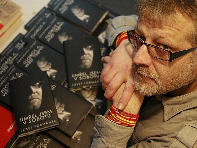Spisovatel a dobrodruh Josef Formánek představil v českobudějovickém knihkupectví Kanzelsberger svůj nový román s názvem Umřel jsem v sobotu.