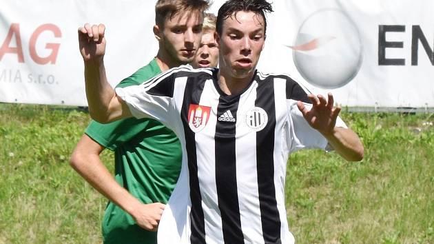 Fotbalové soutěže na jihu Čech se o víkendu rozběhnou naplno. Na snímku je v akci Jan Chylík z juniorky Dynama.