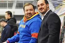 Aleš Kotalík (vpravo) na střídačce s masérem Pavlem Bláhou.