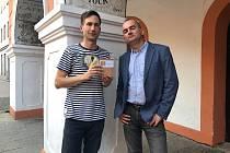 Novinka Miroslava Bočka (vlevo) Děti tetrisu vyšla začátkem dubna v nakladatelství Pikador Books, které vede spisovatel Jan Cempírek (vpravo).