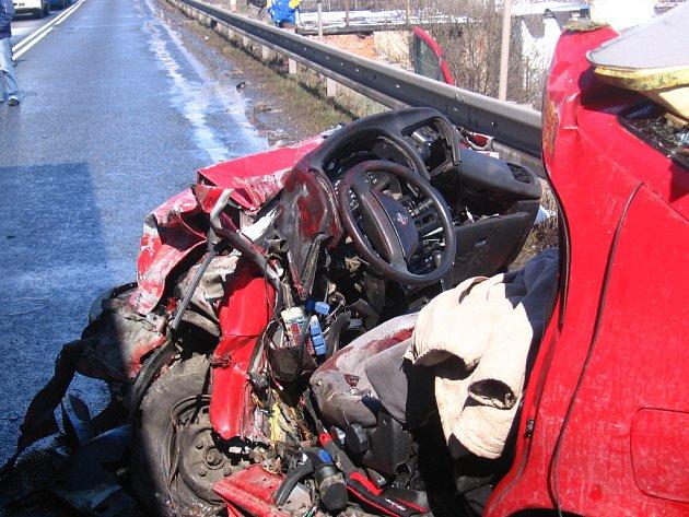 Při dopravní nehodě zahynul pětadvacetiletý  řidič, jeho přítelkyně vyvázla z těžkým zraněním.