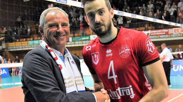 Filip Křesťan na snímku s prezidentem Jihostroje Janem Divišem.