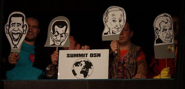 Návrat Superstřika se jmenuje nová hra Nezřízeného divadla zČeských Budějovic. Na snímku jeden zgagů, summit OSN.