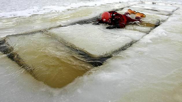 Určitě nejméně stovka zájemců z různých záchranných složek se sjela v sobotu na Mezinárodní seminář o záchraně na ledě v Dolní Vltavici na Krumlovsku, aby si na vlastní kůži vyzkoušela metody a finty, jak pomoci lidem z vody.