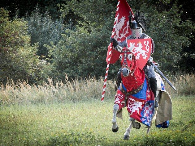 Přemyslův pád. Součástí páteční slavnosti k 750. výročí Budějovic bude i audiovizuální znázornění stržení Přemysla Otakara II. z koně. Snímek je z natáčení scény.