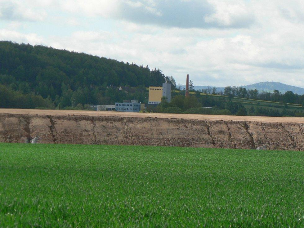 Násep pro D3 v údolí Malše (v pozadí Úpravna vody Plav)  na Českobudějovicku.