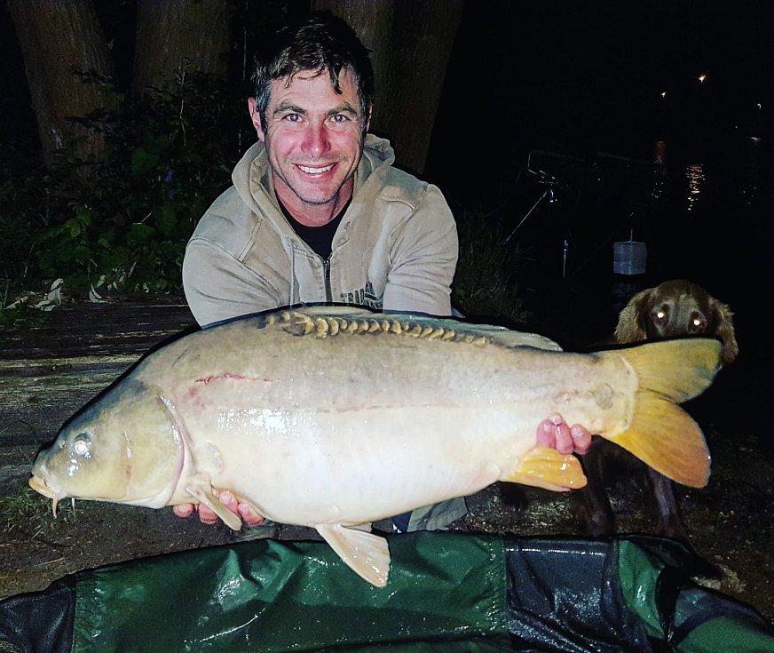 Petr Kovář, absolvent Jihočeské univerzity. Petr Kovář na snímku s devítikilovým kaprem (78 cm), kterého chytil na Hněvkovické přehradě. Obdivně si úlovek prohlíží také fenka Kerry.