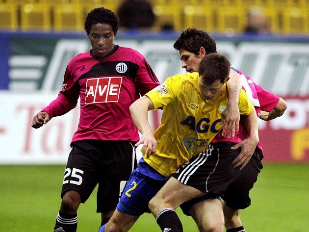 Petr Javorek v Teplicích bojuje s Matejem Sivou, vlevo Brazilec Sandro.