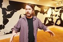 Z popraskaných balónků sestavil svou výstavu v českokrumlovském Egon Schiele Art Centru Tomáš Vaněk, držitel Ceny Jindřicha Chalupeckého. Expozice potrvá do 30. října.