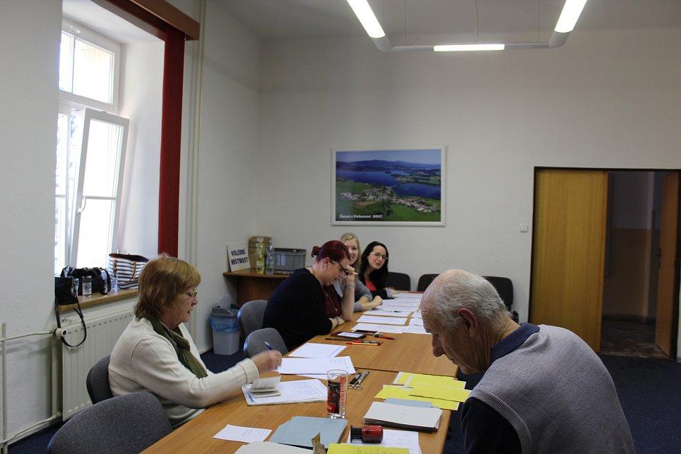 U voleb v Černé v Pošumaví takový nával jako na Lipně a ve Frymburku není, voličských průkazů mají asi patnáct a volební účast je mírně vyšší než v prvním kole.