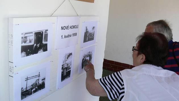 V sobotu v Nových Homolích oslavili padesátileté výročí, kdy do obce začala jezdit městská hromadná doprava. A na výstavce kromě prací dětí byly vidět i fotky z 1. května 1959.