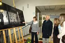 Radní města Lorient Loïc Champagnat se na výstavu vrátil ještě druhý den po slavnostní vernisáži. Na snímku s iniciátorkou projektu Alenou Schelovou.