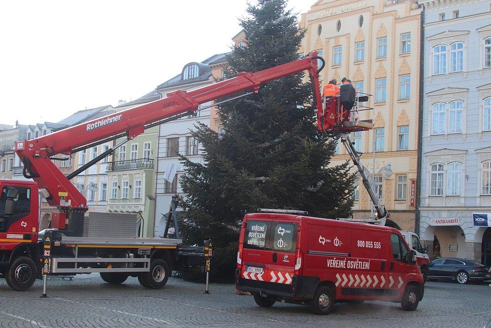 Zdobení vánočního stromu v Českých Budějovicích.