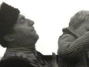 Ruští vojáci honí chlapce Olina. Na snímku je Jaroslav Žďánský, který hocha zvedne.