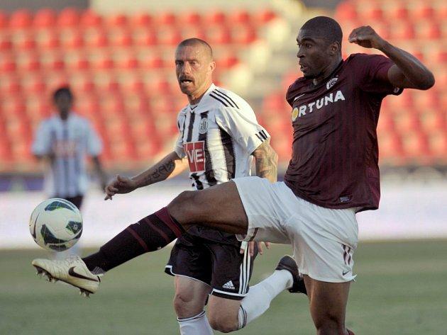 Léonard Kweuke byl ústřední postavou zápasu Dynama na letné, jeden gól Sparty dal, ve dvou zbývajících měl prsty. Na snímku bojuje s Tomášem Řepkou.