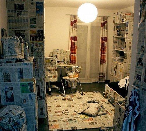 Zabalili domácnosti do novin.