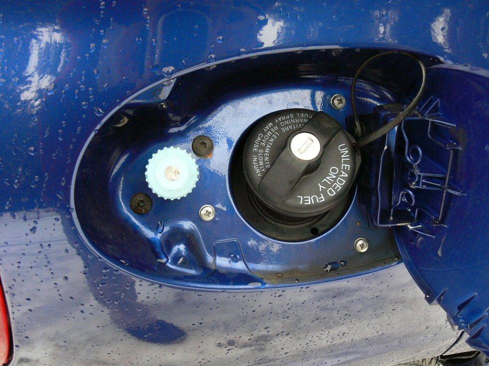 Plnicí ventil u víčka klasické nádrže.