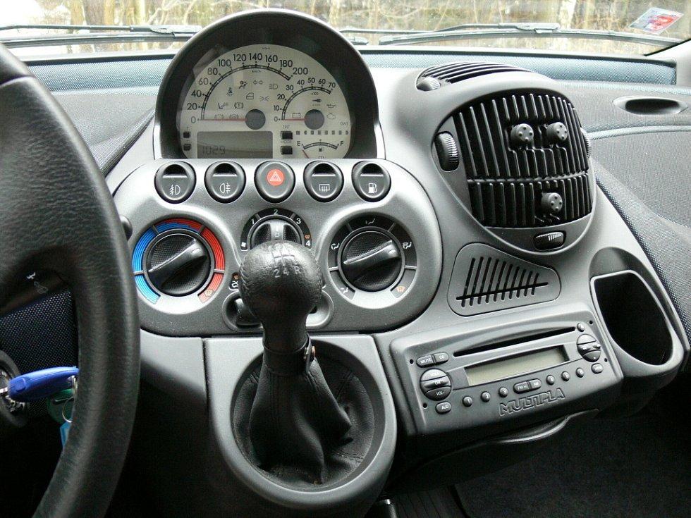 Na přístrojové desce může řidič kdykoliv přepínat mezi benzinovým a CNG pohonem, a to kulatým tlačítkem zcela vpravo. A pod otáčkoměrem pak ukazují diody, kolik je v nádržích ještě stlačeného zemního plynu.