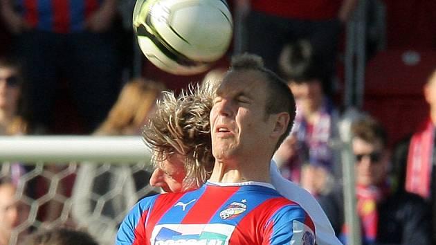 Pavel Novák v Plzni ve vzdušném souboji s domácím Danielem Kolářem.