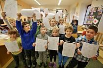 Děti v Doudlebech dostaly letos vysvědčení ve čtvrtek 30. ledna a těší se na páteční pololetní prázdniny.